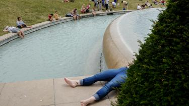 I Paris flokkes indbyggere og turister om byens springvand for at blive kølet ned i varmen. Temperaturen ventes ugen ud at ligge på mellem 32 og 36 grader i den franske hovedstad.