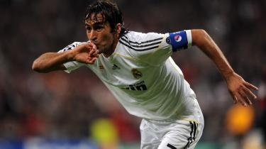 Raúl González efter en scoring mod A.C. Milan på Santiago Bernabéu stadium i 2009. Gonzáles har scoret 323 mål for Real Madrid og er en af deres mest succesfulde spillere nogensinde. Nu skal han træne Real Madrid Castilla