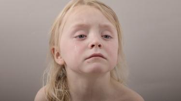 Foto fra fotoserien 'Vi har taget noget fra børnene', som er blevet kaldt et eksempel på 'childism'. Her ser vi fotografens datter, 5-årige Dagmar, der ikke måtte få kiwi til dessert.
