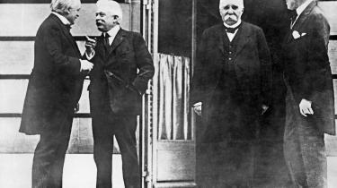 Her ses den britiske premierminister Lloyd George, den italienske premierminister Vittorio Orlando, den franske premierminister Georges Clemenceau og den amerikanske præsident Woodrow Wilson til åbningsdagen for fredskonferencen i Paris i 1919, hvor Versailles-traktaten blev underskrevet.