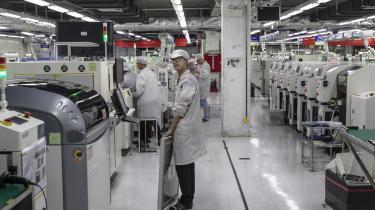 Kinesiske virksomheder, her elektronikfabrikken Foxconn i Guiyang, Guizhou-provinsen i Kina, rammes de af forhøjede amerikanske toldsatser - men regningen ender i høj grad hos de amerikanske forbrugere, viser en ny analyse.