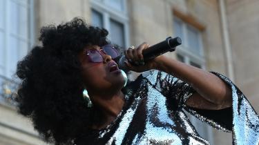 Den danske albumdebutant Iris Gold har allerede optrådt på både Roskilde Festival og – her på billedet – i haven ved Élyséepalæet, hvor hun var indbudt af præsident Macron den 21. juni i år.