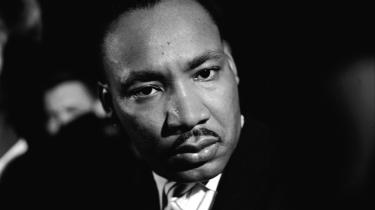 Hidtil fortrolige FBI-dokumenter beskriver, hvordan Martin Luther King lo og kom med anvisninger, mens hans ven voldtog en kvinde. Borgerrettighedsikonet står som en af de mest betydningsfulde og respekterede skikkelser i amerikansk historie, og de nye anklager rejser spørgsmålet: Kan man på én gang være både overgrebsmand og moralsk autoritet?