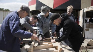 Blandt de politiske aktiviteter på Roskilde Festival er School for Civic Action, som bl.a. bygger møbler af skrald.