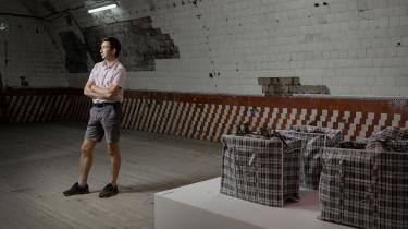 Fjodor Dubrovin står i Winzavod, museum for samtidskunst i Moskva. Tre dage om ugen underviser han i kunsthistorie, designhistorie og skulptur på universitetet. I 2014 var lønnen kun 350 kroner om måneden, og Fjodor brugte mange kræfter på at klage til ledelsen, men fik aldrig nogen forklaring.