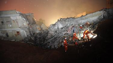 Redningsarbejdere leder efter overlevende efter et jordskred i Kinas Guangdongprovins. Jordskred er en naturkatastrofe vi kommer til at se flere af i fremtiden, skriver ph.d. ved Katastrofe og Risikomanageruddannelsen.