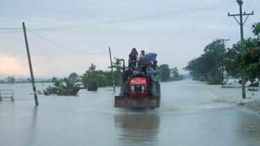 Når de rigeste lande har forpligtet sig til at betale klimabistand, er det ikke kun for at hjælpe fattige lande. Hvis de fattige lande bliver ramt meget hårdt at klimaforandringerne – i form af f.eks. oversvømmelser og tørke – vil indbyggerne der på et tidspunkt beslutte at flytte sig. På billedet er ofre for en oversvømmelse i Myanmar på vej væk.