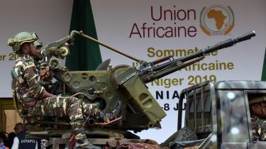Nigers hovedstad, Niamey, er i disse dage fyldt med bevæbnede soldater, som forhindrer byens almindelige borgere i at komme for tæt på det store kongrespalads ved Niger-floden, hvor Afrikas ledere er samlet i forbindelse med et topmøde i Den Afrikanske Union (AU).