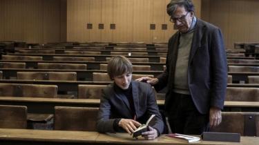 De seneste ugers voldelige gadekampe i Paris, hvor flere hundrede tusinde demonstranter har protesteret mod macronregeringens klimareformer, vidner om, hvordan sociale og økologiske spørgsmål hænger uløseligt sammen i dag. Klimakrisen udfordrer den måde, vi tænker politik og samfundsklasser på, mener den franske filosof Bruno Latour og hans danske samarbejdspartner Nikolaj Schultz