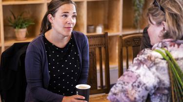 »Vi er blevet klogere,« udtaler den nytiltrådtesocialminister Astrid Krag om en fattigdomsgrænse, som VK-regeringen afskaffede,og åbner op for en ændring af målemetoden. På billedet er ministeren på besøg påhjemmeløsetilbuddet på Badensgade i København.