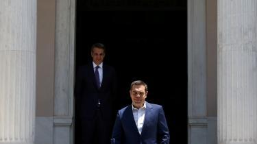 Alexis Tsipras (i forgrunden) undergik gennem sin regeringsperiode en udvikling fra glødende socialist en mand, der implementerede flere neoliberale tiltag.Nyt Demokratis leder Kyriakos Mitsotakis (i baggrunden) overtager premierministerposten efter det græske valg i søndags.