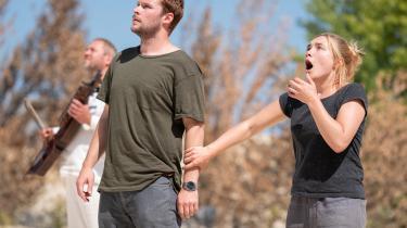 Det er ikke småting, Dani (Florence Pugh) og hendes kæreste, Christian (Jack Reynor), oplever på deres ferietur til Sveriges dybe skove i Ari Asters 'Midsommar'.