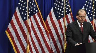 Centralt i sagen om Jeffrey Epsteinstår Trumps handelsminister siden april 2017, Alexander Acosta, tidligere statsanklager i Miami og manden bag aftalen med Epsteins advokater i 2008. I denne uge forsvarede Acosta sig med, at han havde gjort, hvad der var muligt på det pågældende tidspunkt.