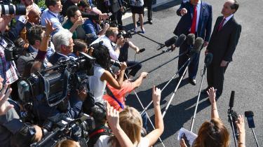 Arrestationen af den 66-årige Wall Street-milliardær Jeffrey Epstein har bragt Donald Trumpi forlegenhed og kostede fredag arbejdsminister Alexander Acosta (th.) ministerjobbet.