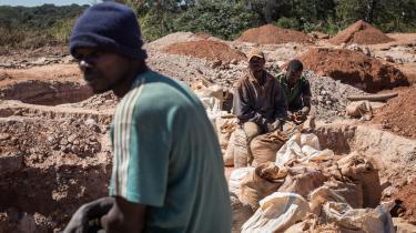 I den congolesiske by Lubambashi er minearbejdere i gang med at udvinde kobolt, der blandt andet bruges til bilbatterier. De seneste århundrede har forbruget af råmaterialer udvist en relativ afkobling fra BNP på globalt plan, men denne tendens er stoppet og vendt siden århundredeskiftet.