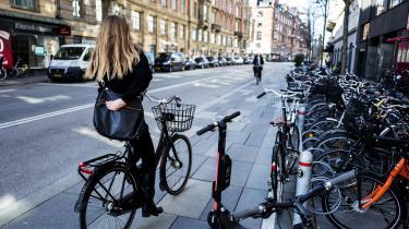 Det er kommunernes opgave at anvise praktiske løsninger på udlejningen af el-løbehjul. De kan udpege steder til opstilling – men ikke, hvor de havner. Henkastede el-løbehjul flyder, hvor de er til fare for især kørestols- og rollatorbrugere og for svagtseende og blinde, skriver David Rehling i denne leder.