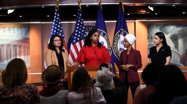 Søndag aften tweetede præsident Trump om »'progressive' demokratiske kongreskvinder« uden at navngive dem. Der er dog enighed blandt amerikanske medier om, at der er tale om de fire venstreorienterede kongresmedlemmer Alexandria Ocasio-Cortez, Ilhan Omar, Ayanna Pressley og Rashida Tlaib.