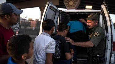 Migranter ved den amerikanske grænse bliver sat på en varevogn for at blive kørt til El Paso i Mexico. USA vil i fremtiden afvise flygtninge ved grænsen til Mexico, medmindre de forinden har søgt om asyl i Guatemala eller Mexico.