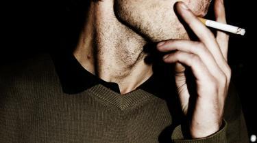 En mand ryger en smøg på Toga Øl & Vinstue i København.