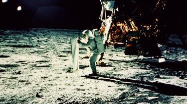 Månelandingen betød rent bortset fra menneskets frigørelse fra det jordbundne, at opmærksomheden på den konkrete fysiske verden satte af i et påkrævet tigerspring, skriverGeorg Metz.