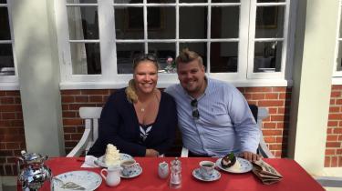 Chris Bjerknæs spiser flødeskumslagkager med sin hustru Krista på Brøndums i Skagen.