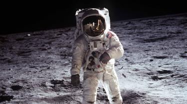 Denne weekend er det 50 år siden, at landingsmodulet Ørnen fra Apollo 11-missionen landede på Månen, og mennesket for første gang betrådte dens asfaltfarvede overflade. Her fortæller fire fagfolk om Jordens tavse og fascinerende følgesvend