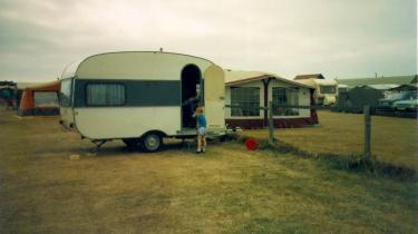 Anita Brask Rasmussen camperede oftest ved Jyllands vestkyst med sine forældre i barndommens ferier. »Jeg sov i den øverste køje i campingvognen. Et stykke tykt plastikagtigt stof udspændt mellem to jernstænger.«
