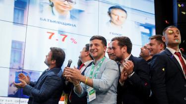 Ukraines præsident, Volodimir Zelenskij, fejrede valgsejren med sine partifæller.