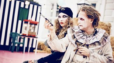 Troen er på alle måder et cirkus i Johan Sarauws festlige iscenesættelse af Molières Tartuffe på Teatret Slotsgården.