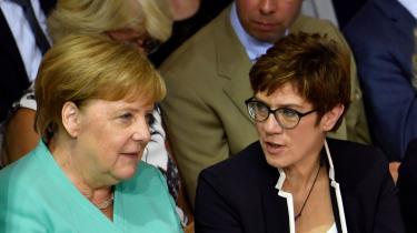 Her ses Annegret Kramp-Karrenbauer og Angela Merkel til ceremonien, hvorAnnegret Kramp-Karrenbauer blev indsat som forsvarsminister.