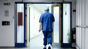 Der er noget helt galt med måden, systemet er skruet sammen på. Vi sygeplejersker har længe råbt op om de ringe arbejdsforhold og det store arbejdspres, men der er ikke blevet lyttet, skriver sygeplejerske Caroline Kronborg Grøn i dette debatindlæg.