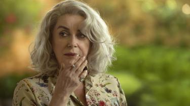 Det klæder Catherine Deneuve, at hun i Julie Bertuchellis 'Claire Darling'omsider har fået en rolle med hvidt hår.