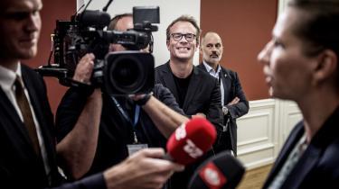 Stabschef Martin Rossen smiler, mens Mette Frederiksen taler med pressen efter regeringsforhandlinger på Christiansborg.