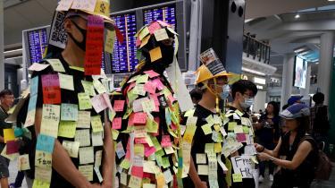 Her ses demonstranter til en protest i Hongkongs internationale lufthavn.