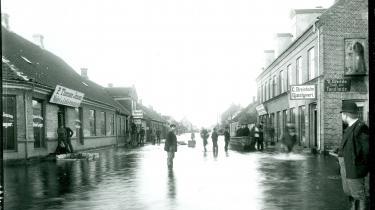 Den 7. december 1895 stod 60 procent af Morsøs gader under vand. Billedet er fra Nygade,hvor drengen i midten efter sigende stager sig frem stående i en åben kiste.