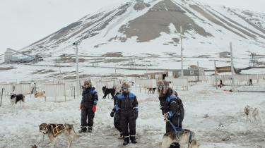 Turister gør sig klar til en tur medAudun Saltes slædehunde.