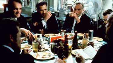 Mændene i Reservoir Dogs er klædt i hvide skjorter, sorte jakker, og de bærer smalle slips. Som ikoner fra 1950'erne. Men deres samtaler viser hele tiden, at de også er meget mere end det.