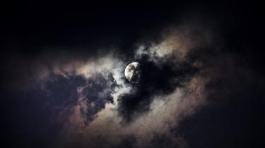 »Teorien om månedannelsen, somsiger, at en planet på størrelse med Mars i tidernes morgen stødte ind i Jorden, hvorefter det udslyngede materiale samlede sig til Månen, er påfaldende enkel, hvilket burde få alarmklokkerne til at ringe« skriver Henning Julius i dette læserbrev.