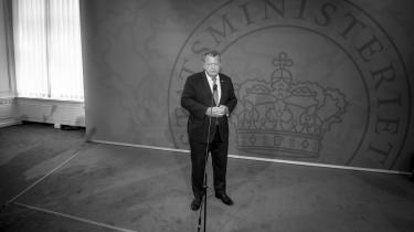 Da kampen i den borgerlige blok var ved at bringe Lars Løkkes regering til fald, lykkedes det ham at holde fast i magten ved at indlemme Liberal Alliance og De Konservative i regeringen. Men fejden mellem de liberale og de nationalkonservative fortsatte, og efter sigende ville landets udenrigsminister, Anders Samuelsen (LA), til sidst ikke længere være i rum med lederen af det største borgerlige parti, Kristian Thulesen Dahl (DF), skriver Anton Geist i denne leder.