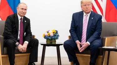 Hvor der iDen Kolde Krig varen bipolar verdensorden med to atommagter, der holdt hinanden i skak med truslen om gensidig udslettelse, tyder meget nu på, at vi står foran et globalt atomart oprustningskapløb med langt flere aktører – 'den atomare jungle', skriver Mathias Sonne i denne leder. Her ses Donald Trump og Vladimir Putin til et møde i Japan.