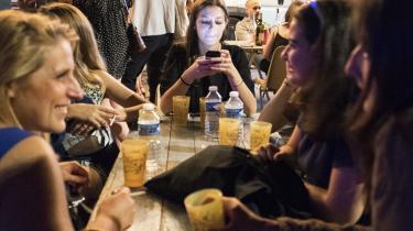 Det er, som om vi i vores duknakkede smartphonefascination har glemt, at direkte og mellemmenneskelig kontakt stadig er mulig og egentlig også ganske vigtig for vores trivsel, skriver dagens kronikør.