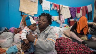 Det viser sig, at Danmark har et medansvar for den tortur, der foregår i Libyens detentionslejre, som er oprettet som følge af EU's migrantpolitik. Her ses en kvinde og et barni en detentionslejr i Zawiyah, 45 kilometer vest for Libyens hovedstad, Tripoli. Billedet er fra 2017.