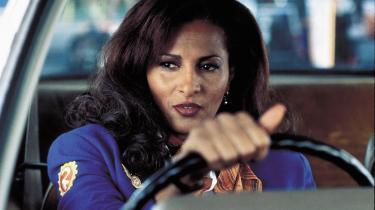 Pam Grier var i 1970'erne en af blaxploitationtidens største stjerner. I Tarantinos tredje film 'Jackie Brown' spiller hun en stewardesse, der supplerer sin usle indkomst med pengesmugleri