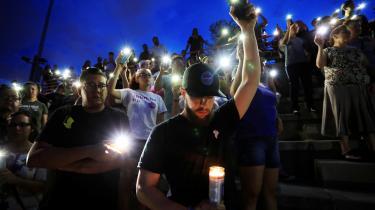Det er et åbent spørgsmål, hvorvidt Trump i den kommende tid vil holde fast i sin fordømmelse af et lille mindretal af voldeligt anlagt hvide racister. Deres syn på sorte og immigranter adskiller sig nemlig ikke væsentligt fra et stort flertal af præsidentens kernetilhængeres.