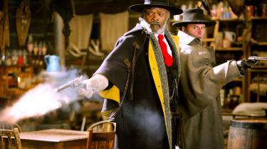 Major Marquis Warren (Samuel L. Jackson) er i 'The Hateful Eight' sneet inde i en hytte sammen med syv andre. Som en art Poirot dissekerer Warren de enkelte personer og deres involvering i det mystiske, der er foregået op til, at de er havnet i hytten.