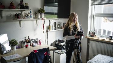 I Frejas teenageværelse står hendes Nikon kamera, et stativ og et spejl til at justere lyset. Hendes telefon brummer konstant løs med beskeder fra venner og andre unge, der vil høre, hvad hun laver, eller hvornår den næste video kommer op.