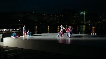 Copenhagen Summer Dance har klaret sin ufrivillige flytning fra Politigårdens tempelarkitektur til havnefrontens åbne plads uden at miste sin tiltrækningskraft på publikum.