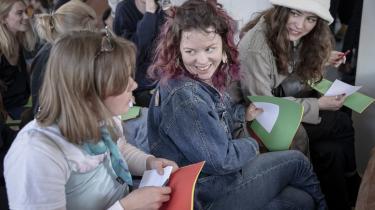 Omkring 70 mennesker er dukket op til seksualundervisning for voksne i Den Brune Kødby i København. Med grønt, et gult og et rødt A4-papir svarer de på spørgsmål, som: hvor mange af jer taler om onani med jeres venner?