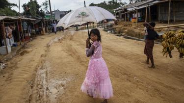 900.000 rohingyaer er strandet i flygtningelejre i Bangladesh. Selv om livet i lejrene er hårdt og de fleste bor i interimistiske huse bygget af bambus og plastikpresseninger, forsøger de at få hverdagen til at fungere, fordi de frygter at blive slået ihjel, hvis de vender hjem til Myanmar.