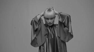 I teksterne udlægger Kill J ligesom Lydmor og Grimes et introvert og konfliktfyldt sind, virrende rundt mellem håbløshed og eufori.